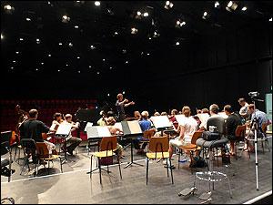 レッスン風景:イタリア人のレッスン風景(モーツァルトのピアノ協奏曲)受講生は、自分のビデオを持参して、自分の指揮を確認しています。